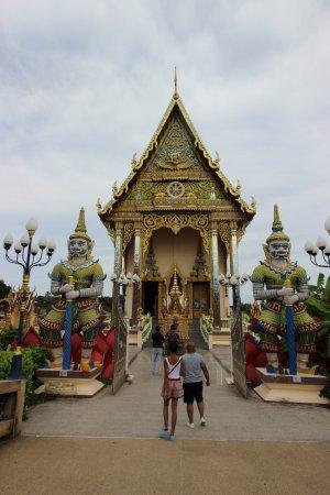 Wat Plai Laem: Tempio