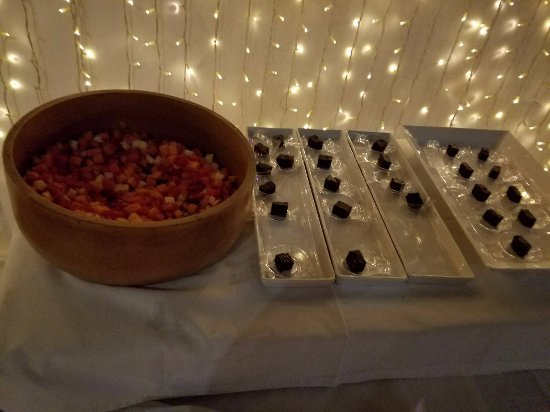 Laem Set, Thailand: Fire Show Night Buffet - fruits, chocolates