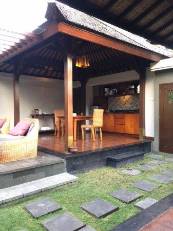The Ulin Villas & Spa: 外の食事場所 the outside dining