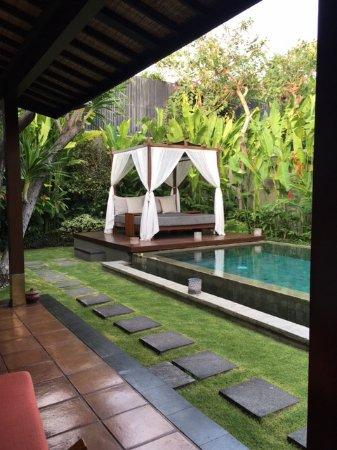 The Ulin Villas & Spa: 庭 a courtyard