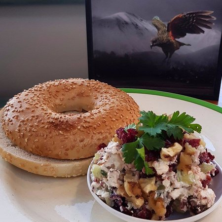 Martinborough, Nueva Zelanda: Roasted walnut, cranberry, celery and creme fraiche bagel