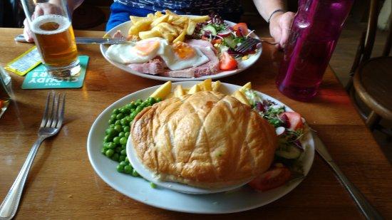 Congresbury, UK: Steak & Ale Pie and Ham, Egg & Chips