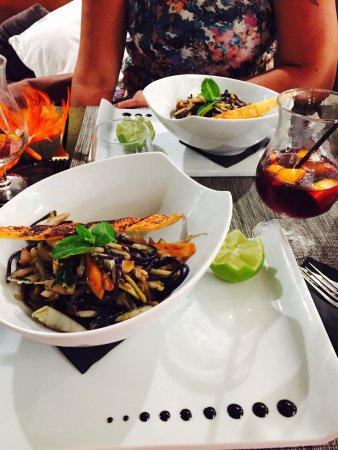 Fondue de seiche à la thaï, avec ses légumes à la plancha , un régal! Le petit verre à côté , sa