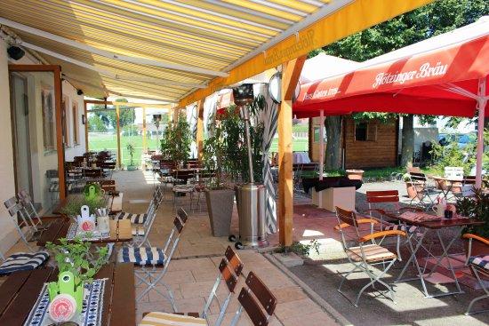 Bruckmuehl, Germany: Angenehm und gemütlich auf der Terrasse, hinten rechts ist das Grillhäus
