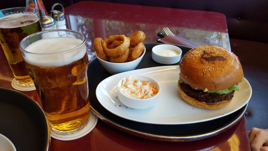Helvti Diner: Veggie burger with guacamole and onion rings
