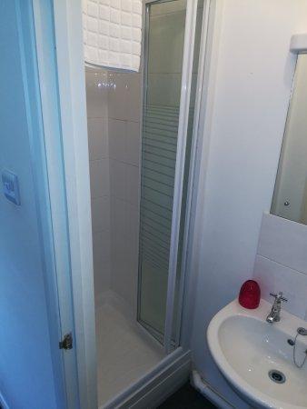 Knottingley, UK: Shower room