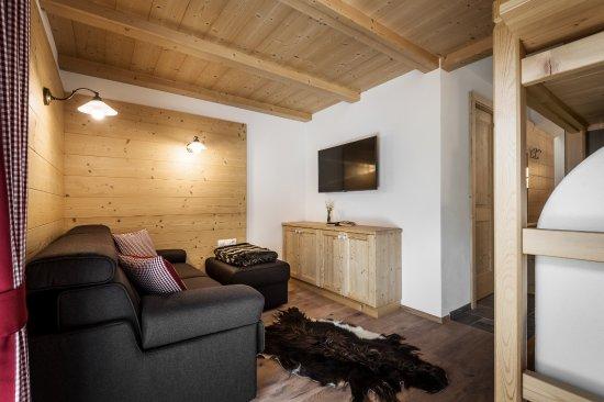 San Martino in Badia, Włochy: Unsere Stube mit ausziehbarer Couch und Bauernofen