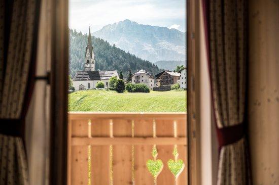 Сан-Мартино-ин-Бадия, Италия: Aussicht vom Chalet auf das Dorf St. Martin in Thurn mit dem Heilig Kreuz Kofel im Hintergrund