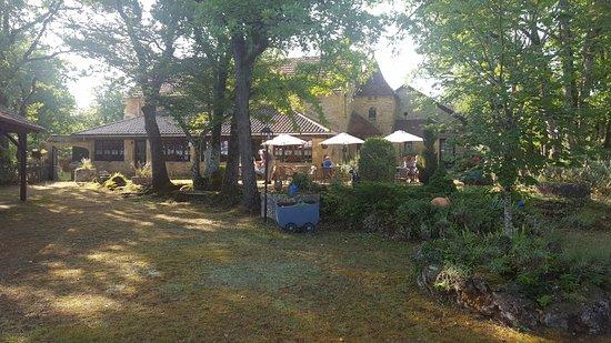 Sergeac, France: Vue d'ensemble de la terrasse-jardin.