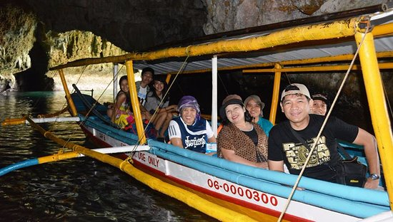Iloilo Province, Filippinerna: That's us on our boat inside Baras Cave