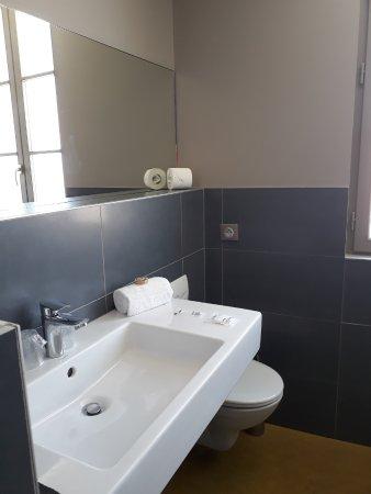 Ile d'Aix, ฝรั่งเศส: SDB coté vasque toilette