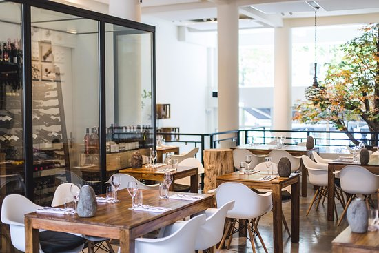 Grote Houten Tafels : Veel ruimte en grote houten tafels foto van restaurant the walkin