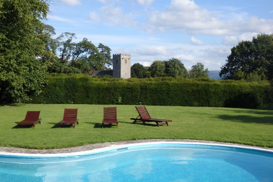 Llanhamlach, UK: Outdoor pool - not nearly as cold as you'd think - with views to the picturesque church behind.