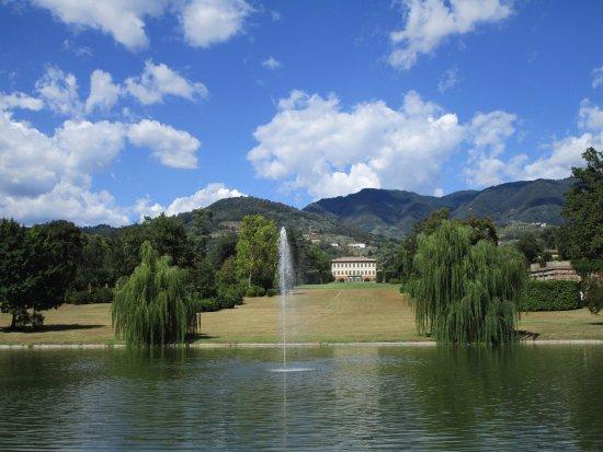Marlia, Италия: Villa Reale vista dal laghetto