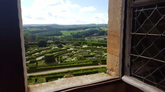 Hautefort, France: Les jardins vus depuis le château.