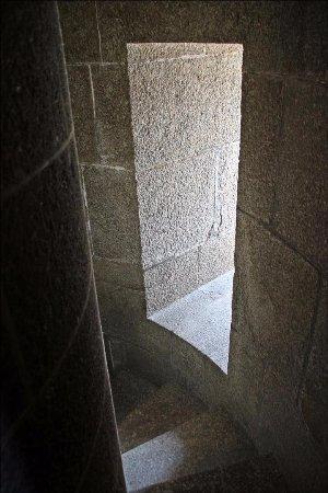 Gatteville-le-Phare, France: L'escalier du phare et une fenêtre (où l'on peut s'arrêter sans problème)