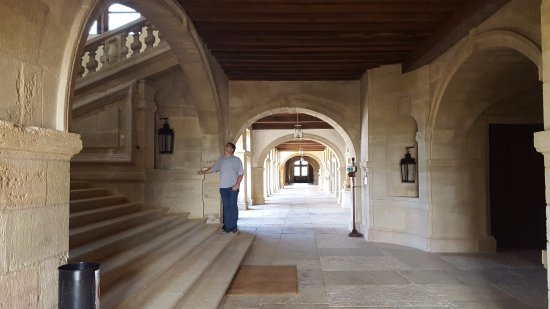 Hautefort, France: Grand escalier et galerie basse.