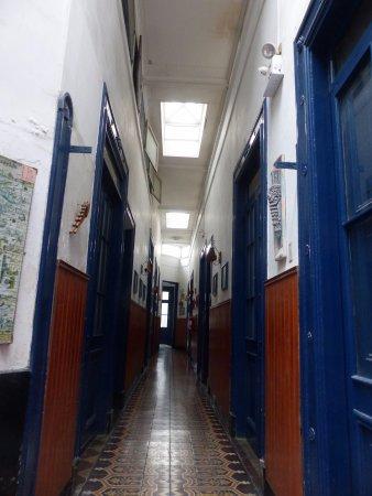Hostal Roma : Gang met aan beide zijde kamers