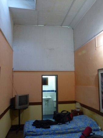Hostal Roma : Kamer (met niet functionerende tv)