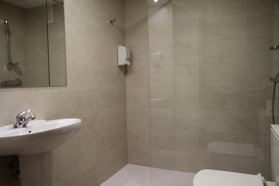 Hostal Acella : Baño de habitación con baño compartido
