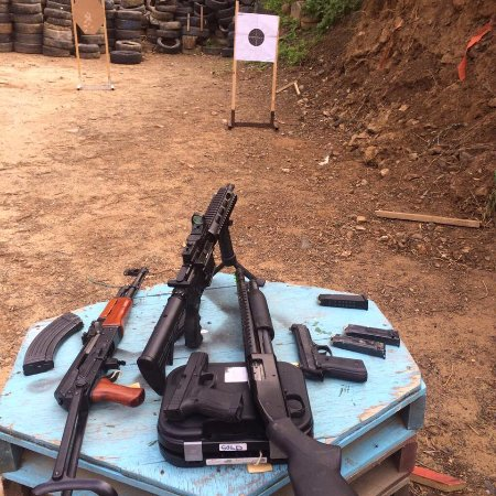 Kapstaden, Sydafrika: ak 47 ,m4 . shotgun.