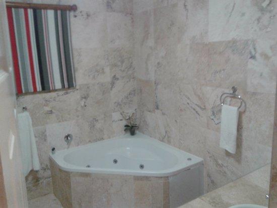 305 Guest House: Spa Bath - Bathroom also has shower