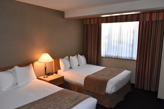 Coast Tsawwassen Inn: Our bedroom