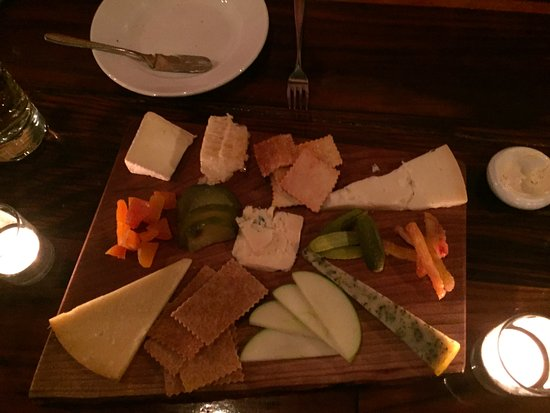 Utica, Nova York: Cheese plate features 5 New York State cheeses and honeycomb