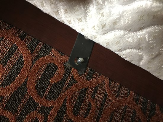 Shamokin Dam, Пенсильвания: dangerous object on bed - hurt myself a few times
