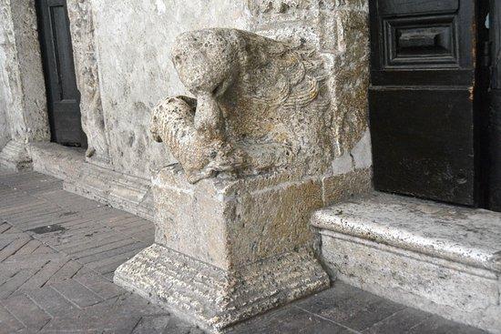 Narni, Italia: Particolare simboli esterni
