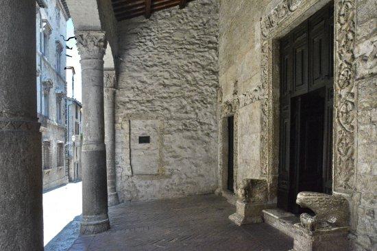 Narni, Itália: Particolare portico con simboli esterni