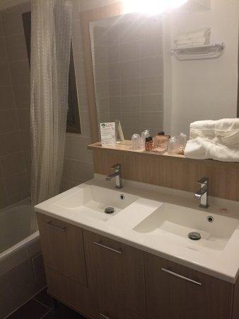 Salle de bain avec 2 vasques et baignoire Grand luxe - Photo ...