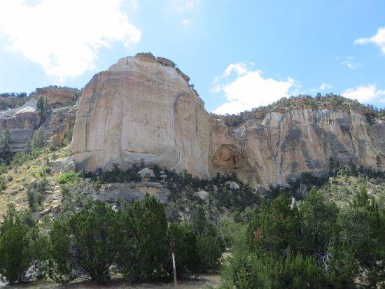 Grants, Нью-Мексико: cliffs around the arch