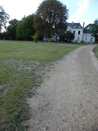 Castel Camping Le Petit Trianon de Saint Ustre: Le parc devant le chateau