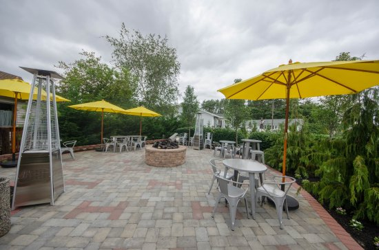 Rio Grande, NJ: Outside patio with awesome fire pit to have dinner under the stars.