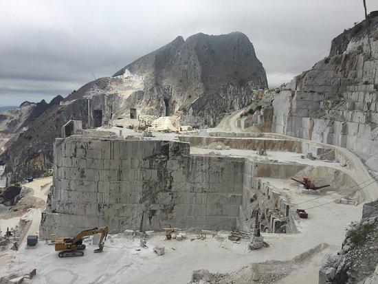 Marble Caves Of Carrara: Blick Von Oben In Einen Der Steinbrüche