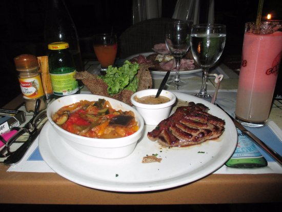 Varetz, Francja: Magret de canard-ratatouille et salade dans galette grillée-sauce poivre vert