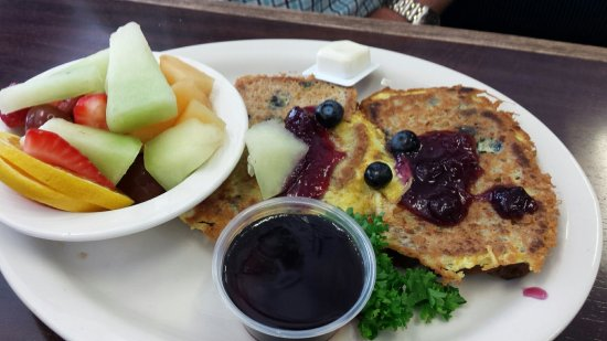Херндон, Вирджиния: Blueberry French toast with a side of fruit, really good.