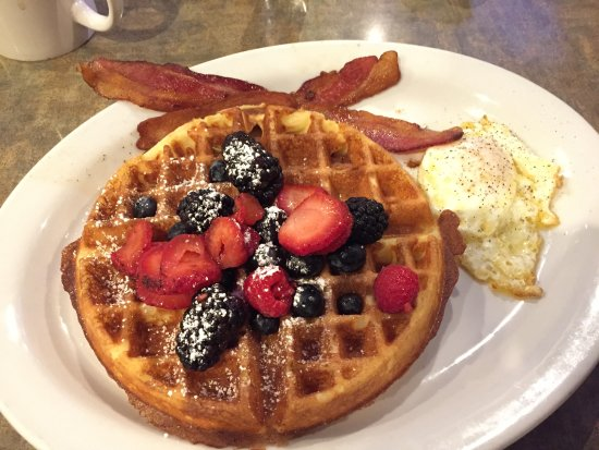 Needles, Kalifornien: Waffle breakfast special at Juicy's