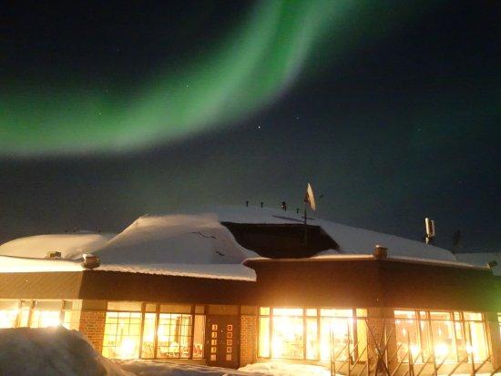 Ivalo, Suomi: Polarlicht und beleuchtetes Hotel