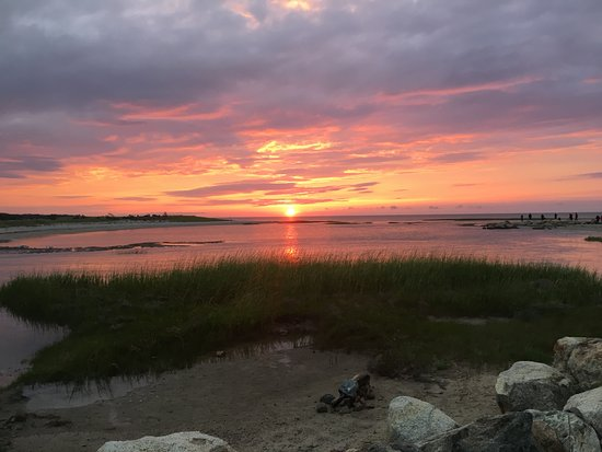 Brewster By The Sea Inn: Sunset down the road at Paynes Beach