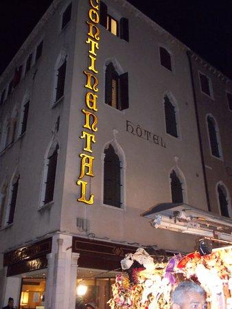 Hotel Continental: A frente do hotel é para a rua e atrás é a vista para o grande canal.