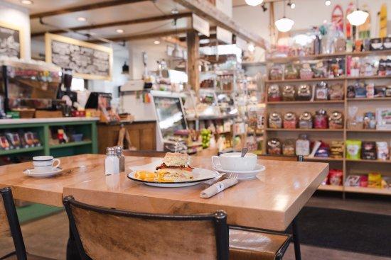 Περού, Βερμόντ: Sunny and bright dining with the unique backdrop of a general store!