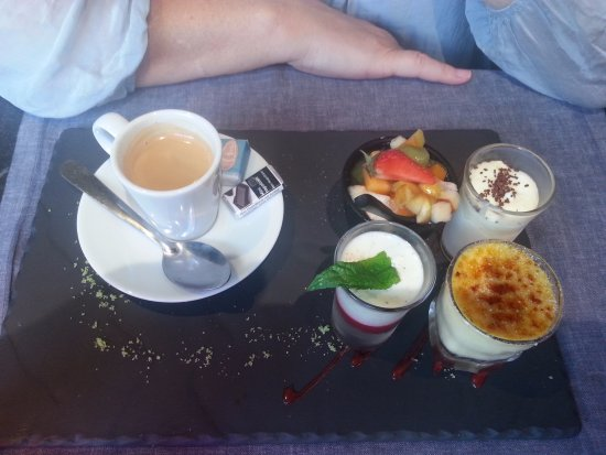 Villedieu-les-Poeles, ฝรั่งเศส: An enjoyable selection of desserts with coffee included.