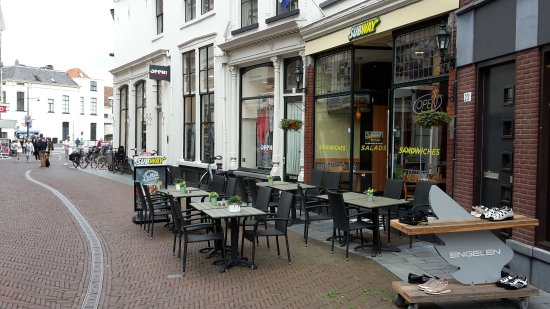 Zutphen, Nederland: outside seating a bit 'in the street'