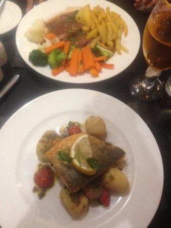 "La Taverne Restaurant: ""Pan Fried Fillet of Seabass"" en bas et ""Saltimbocca alla Romana"" en haut"