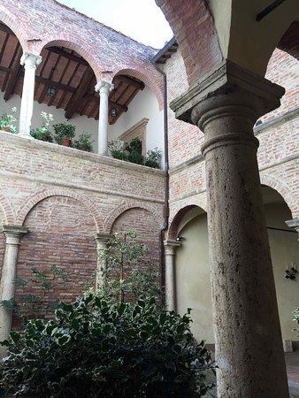 Meuble il Riccio: Entryway courtyard