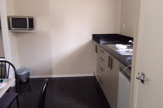 Mangere, New Zealand: Separate kitchen/dining room is a surprise