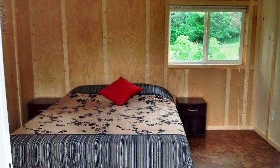 Middle River, Kanada: Interior of camping cabin. Comfy queen bed with memory foam mattress.