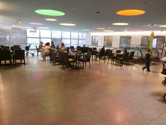 Wallisellen, İsviçre: Common area mall seating